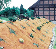 mulchmatten verhindern unkrautwachstum und sch tzen pflanzen vor austrocknung und erosion. Black Bedroom Furniture Sets. Home Design Ideas